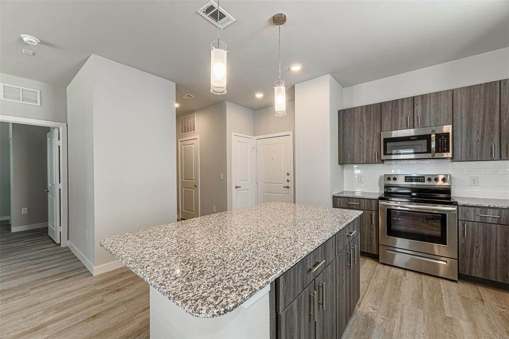 4. High or Mid-Rise Condo for Rent at 14100 Will Clayton Parkway #3203 14100 Will Clayton Parkway Humble, Texas 77346 United States