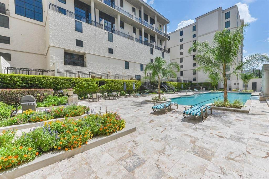 14. High or Mid-Rise Condo for Rent at 1005 S Shepherd Drive #420 1005 S Shepherd Drive Houston, Texas 77019 United States