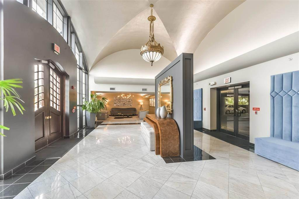 20. High or Mid-Rise Condo for Rent at 1005 S Shepherd Drive #420 1005 S Shepherd Drive Houston, Texas 77019 United States