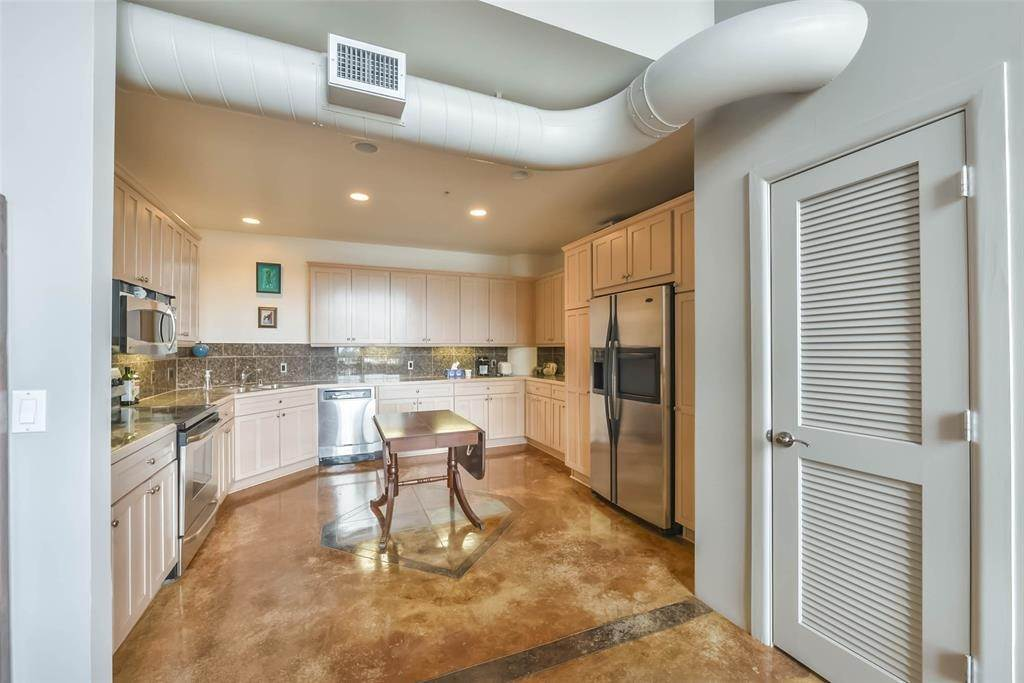 6. High or Mid-Rise Condo for Rent at 1005 S Shepherd Drive #420 1005 S Shepherd Drive Houston, Texas 77019 United States