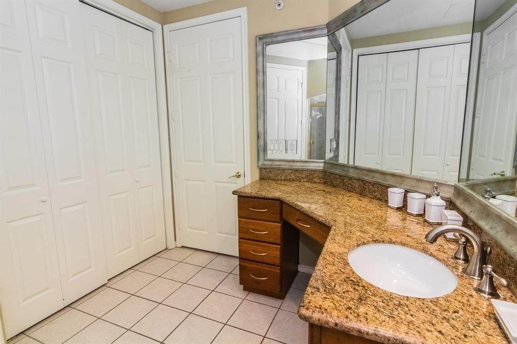 15. High or Mid-Rise Condo for Rent at 2400 Mccue Road #118 2400 Mccue Road Houston, Texas 77056 United States