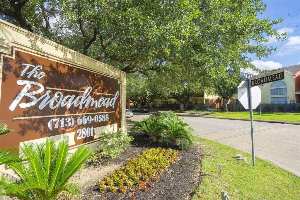 5. High or Mid-Rise Condo for Rent at 2801 N Broadmead #1311 2801 N Broadmead Houston, Texas 77025 United States