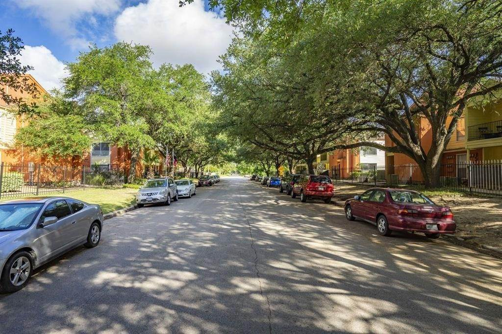 7. High or Mid-Rise Condo for Rent at 2801 N Broadmead #1311 2801 N Broadmead Houston, Texas 77025 United States