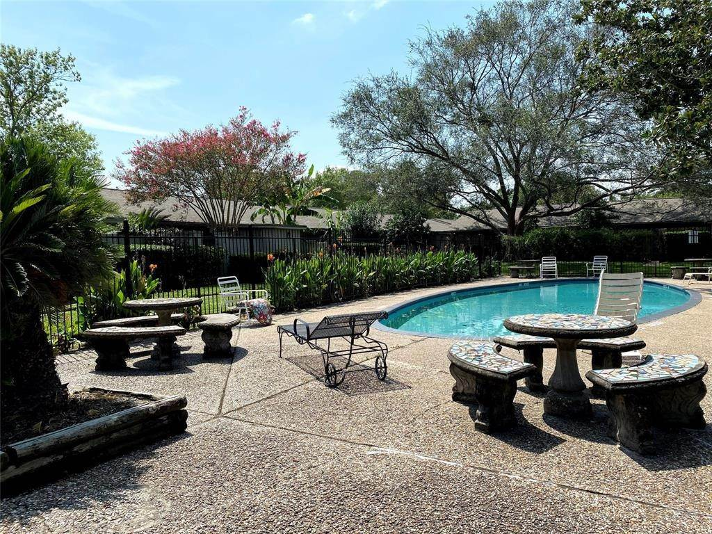 13. Condo / Townhouse for Rent at 1529 Wirt Road #30 1529 Wirt Road Houston, Texas 77055 United States