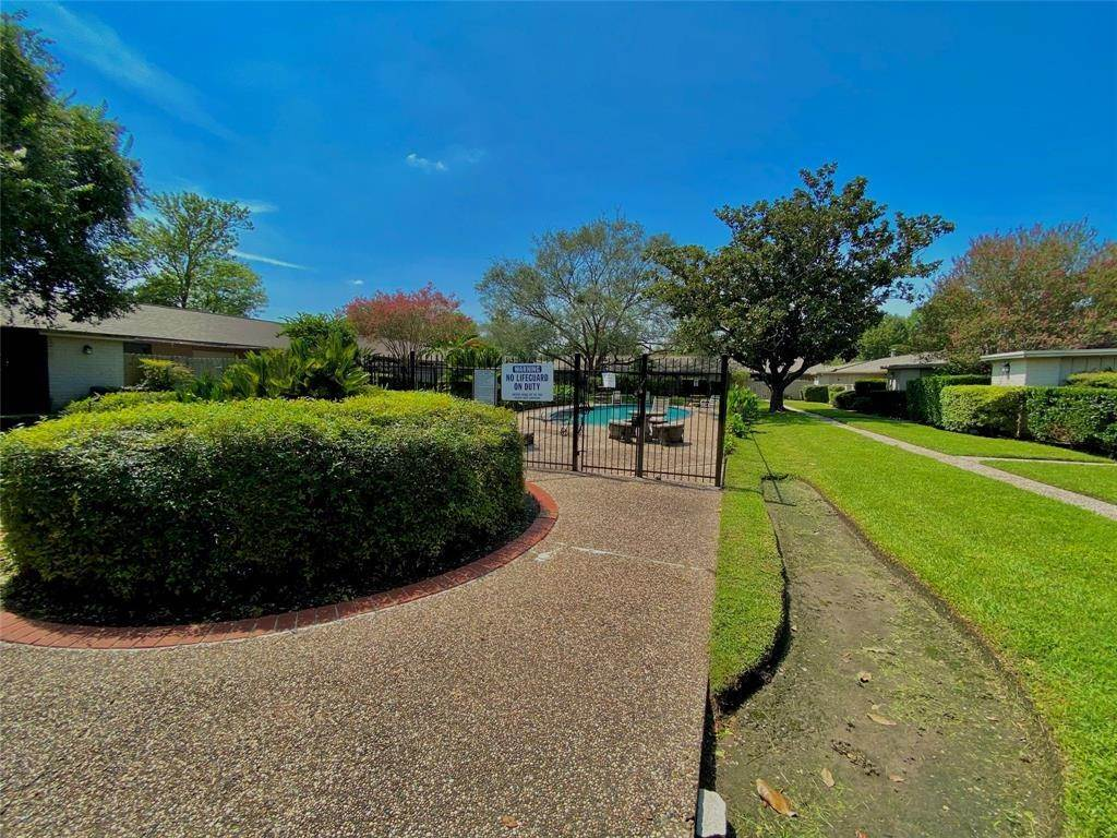9. Condo / Townhouse for Rent at 1529 Wirt Road #30 1529 Wirt Road Houston, Texas 77055 United States