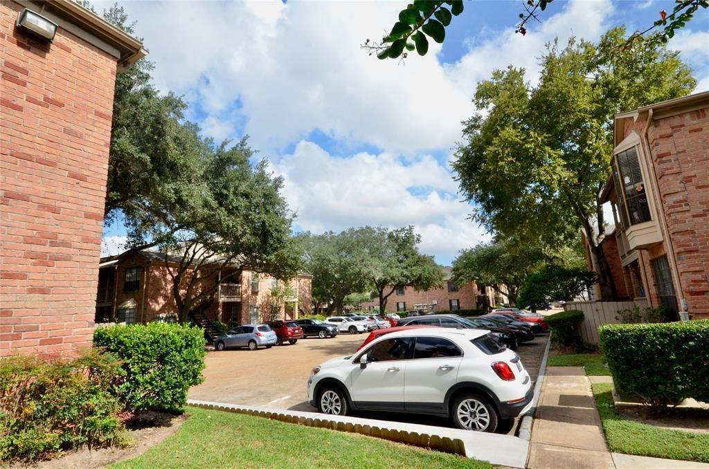 21. Condo / Townhouse for Rent at 2255 Braeswood Park Drive #305 2255 Braeswood Park Drive Houston, Texas 77030 United States