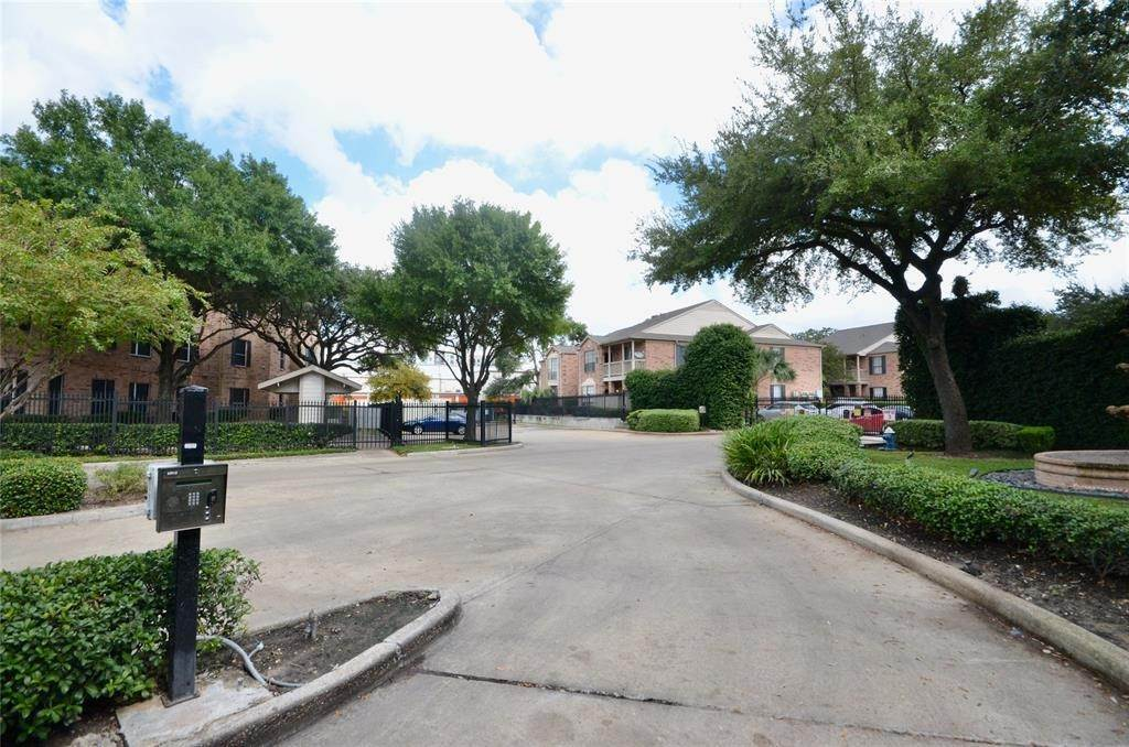 24. Condo / Townhouse for Rent at 2255 Braeswood Park Drive #305 2255 Braeswood Park Drive Houston, Texas 77030 United States