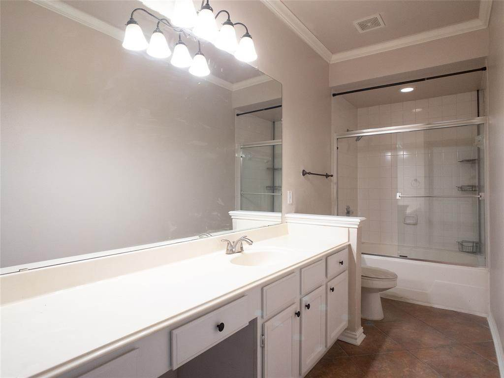 17. High or Mid-Rise Condo for Rent at 2100 Welch Street #C312 2100 Welch Street Houston, Texas 77019 United States