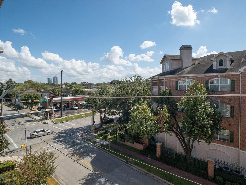21. High or Mid-Rise Condo for Rent at 2100 Welch Street #C312 2100 Welch Street Houston, Texas 77019 United States