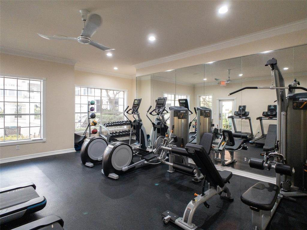 32. High or Mid-Rise Condo for Rent at 2100 Welch Street #C312 2100 Welch Street Houston, Texas 77019 United States
