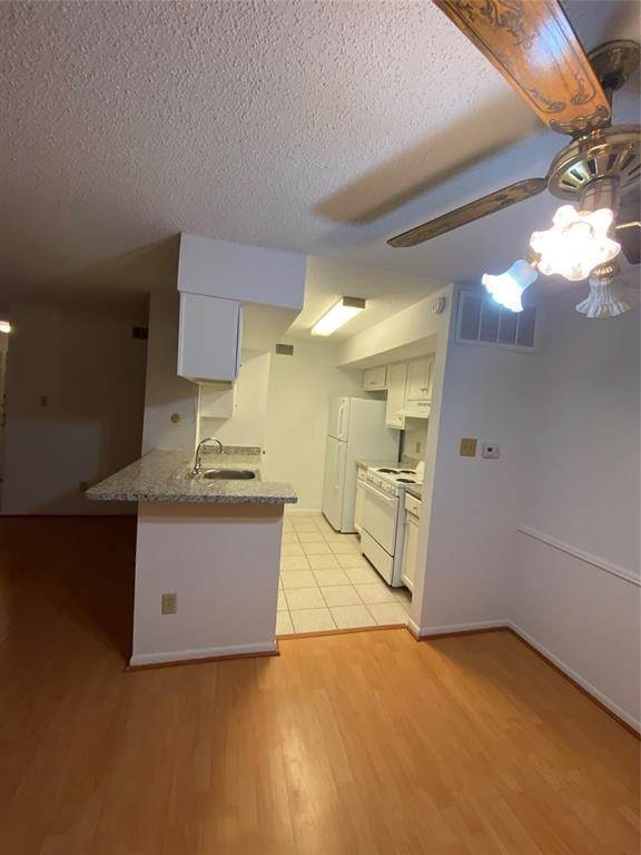 20. Condo / Townhouse for Rent at 2800 Jeanetta Street #2004 2800 Jeanetta Street Houston, Texas 77063 United States