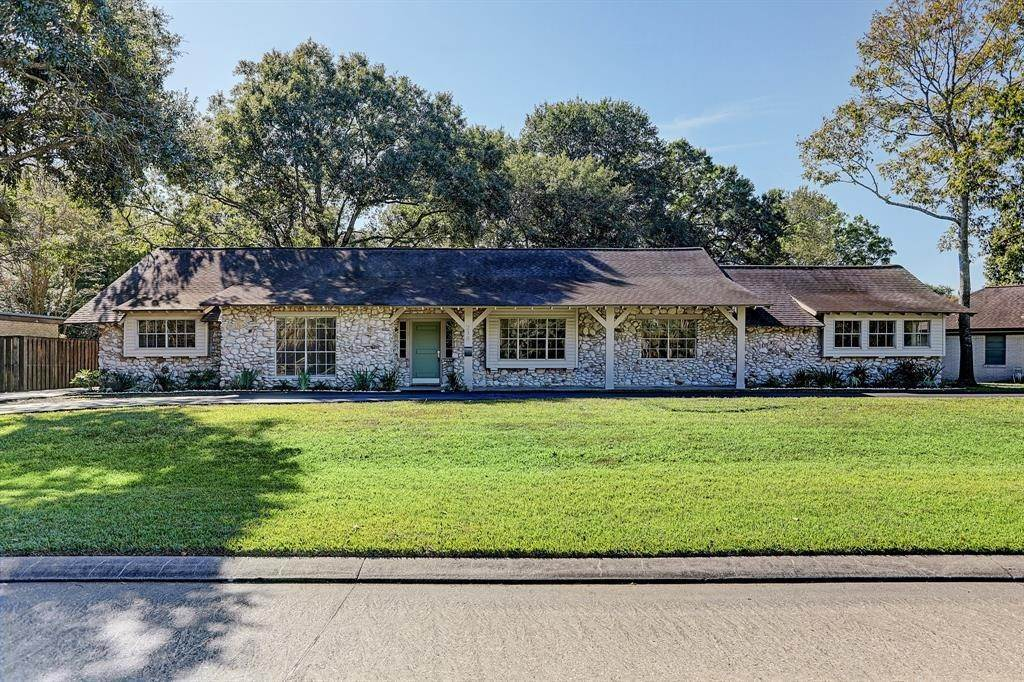 Single Family for Sale at 218 Lakeshore Drive Taylor Lake Village, Texas 77586 United States