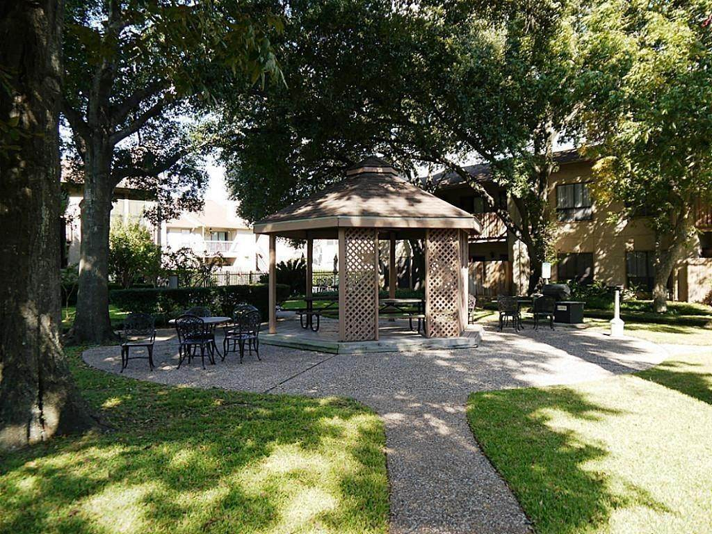 18. Condo / Townhouse for Rent at 5100 Milwee Street #123 5100 Milwee Street Houston, Texas 77092 United States