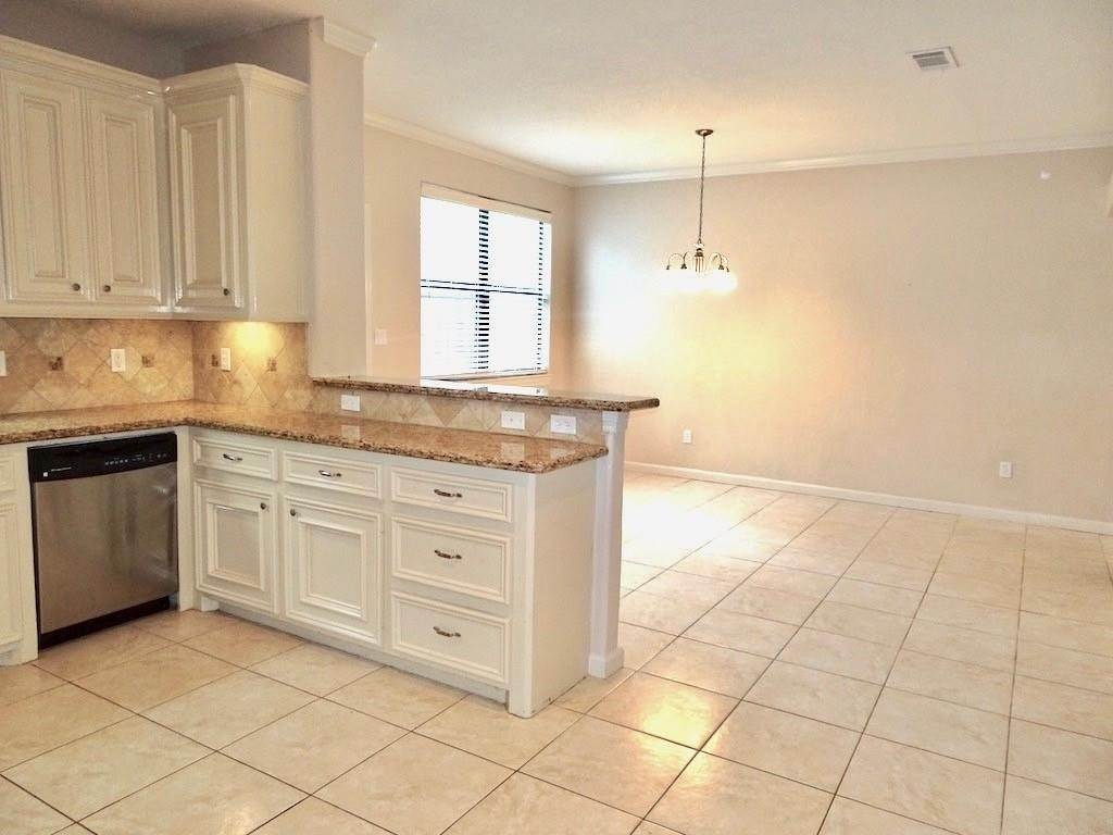 8. Condo / Townhouse for Rent at 1898 Longmire Road #5 1898 Longmire Road Conroe, Texas 77304 United States