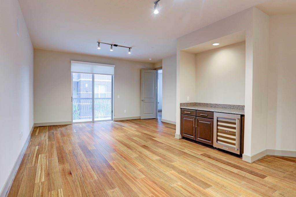 2. High or Mid-Rise Condo for Rent at 10401 Town And Country Way #225 10401 Town And Country Way Houston, Texas 77024 United States