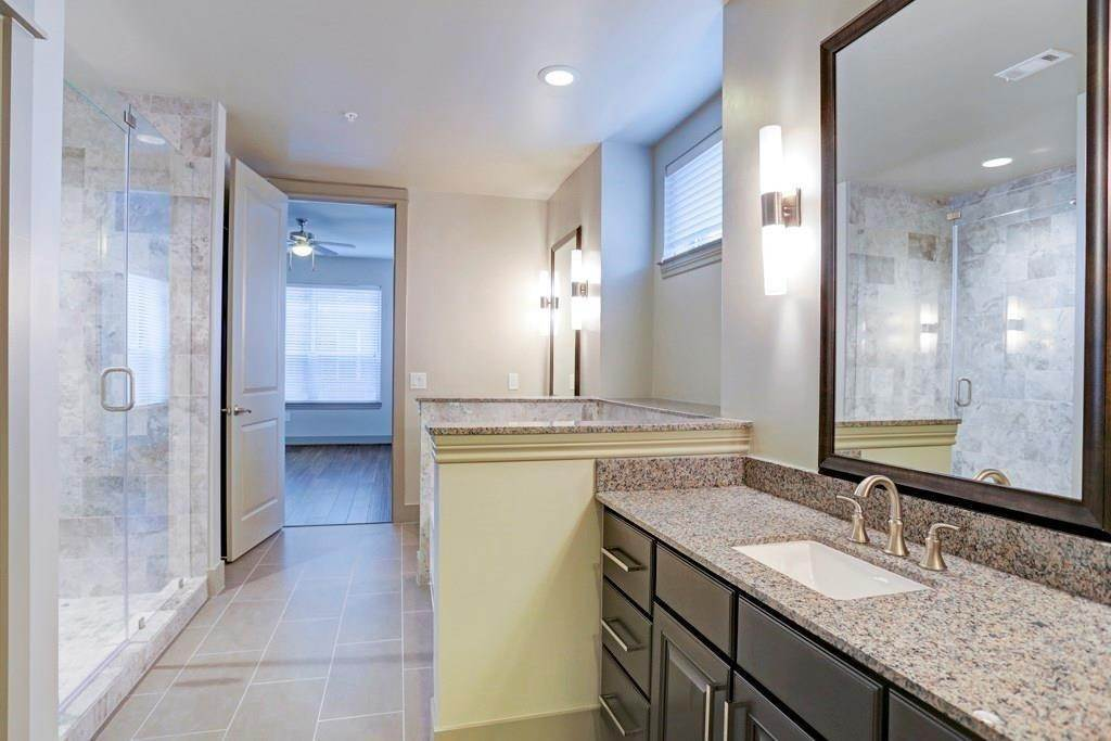 5. High or Mid-Rise Condo for Rent at 10401 Town And Country Way #225 10401 Town And Country Way Houston, Texas 77024 United States