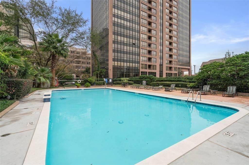 25. High or Mid-Rise Condo for Rent at 5150 Hidalgo Street #402 5150 Hidalgo Street Houston, Texas 77056 United States