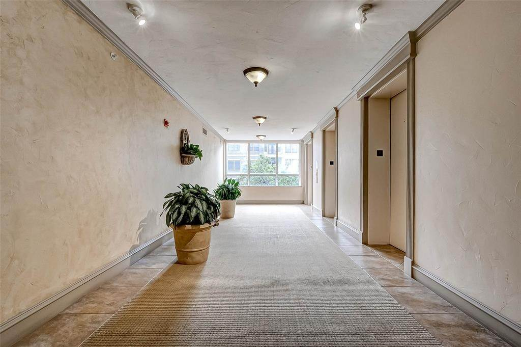 6. High or Mid-Rise Condo for Rent at 5150 Hidalgo Street #402 5150 Hidalgo Street Houston, Texas 77056 United States