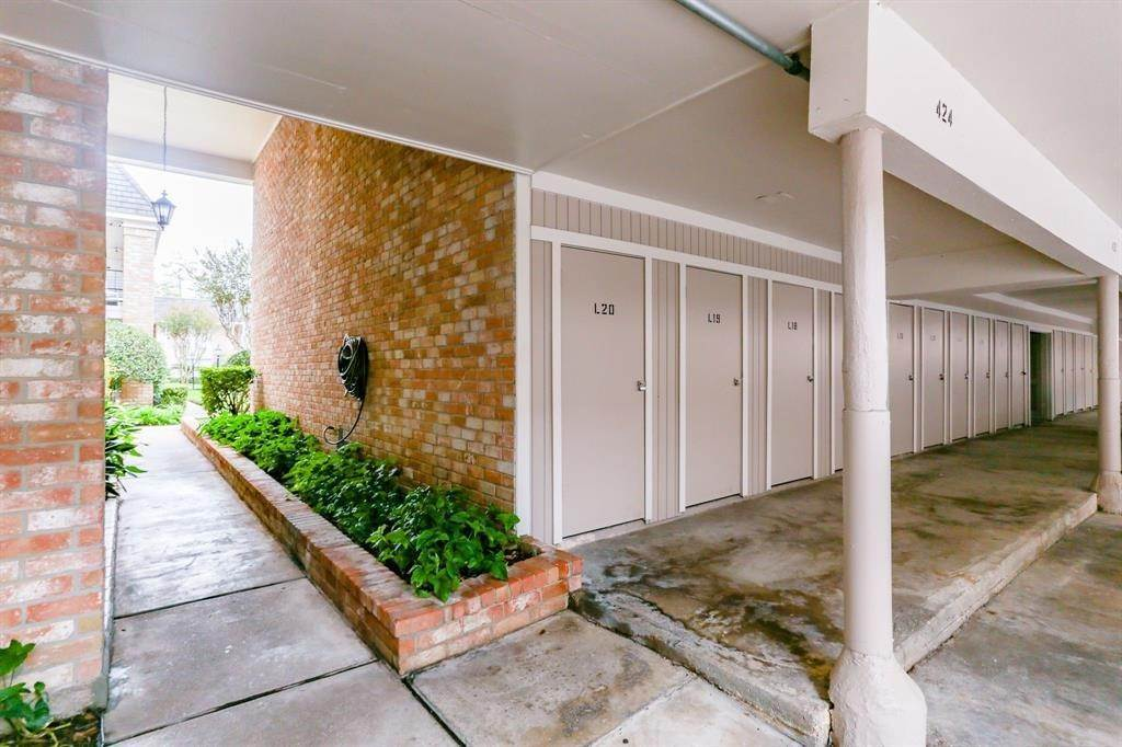 16. Condo / Townhouse for Rent at 2224 S Piney Point Road #223 2224 S Piney Point Road Houston, Texas 77063 United States
