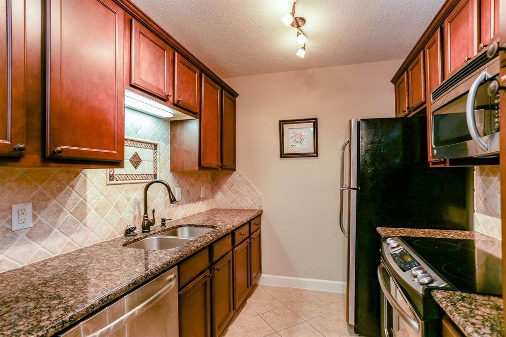 5. Condo / Townhouse for Rent at 2224 S Piney Point Road #223 2224 S Piney Point Road Houston, Texas 77063 United States