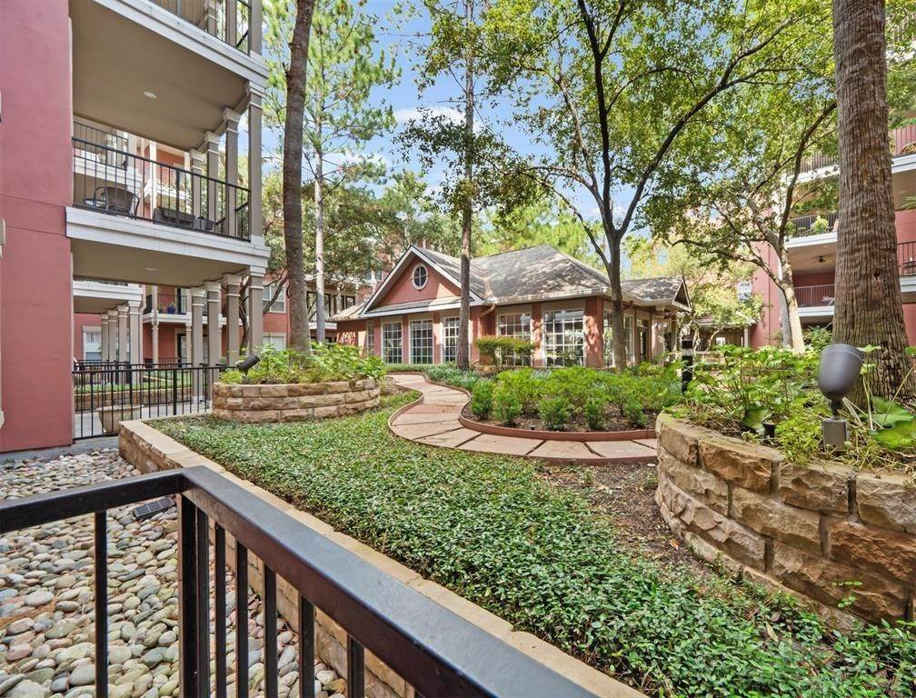 16. High or Mid-Rise Condo for Rent at 2400 Mccue Road #113 2400 Mccue Road Houston, Texas 77056 United States