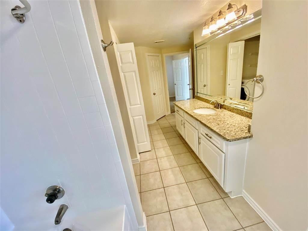 9. High or Mid-Rise Condo for Rent at 2350 Westcreek Lane #5106 2350 Westcreek Lane Houston, Texas 77027 United States
