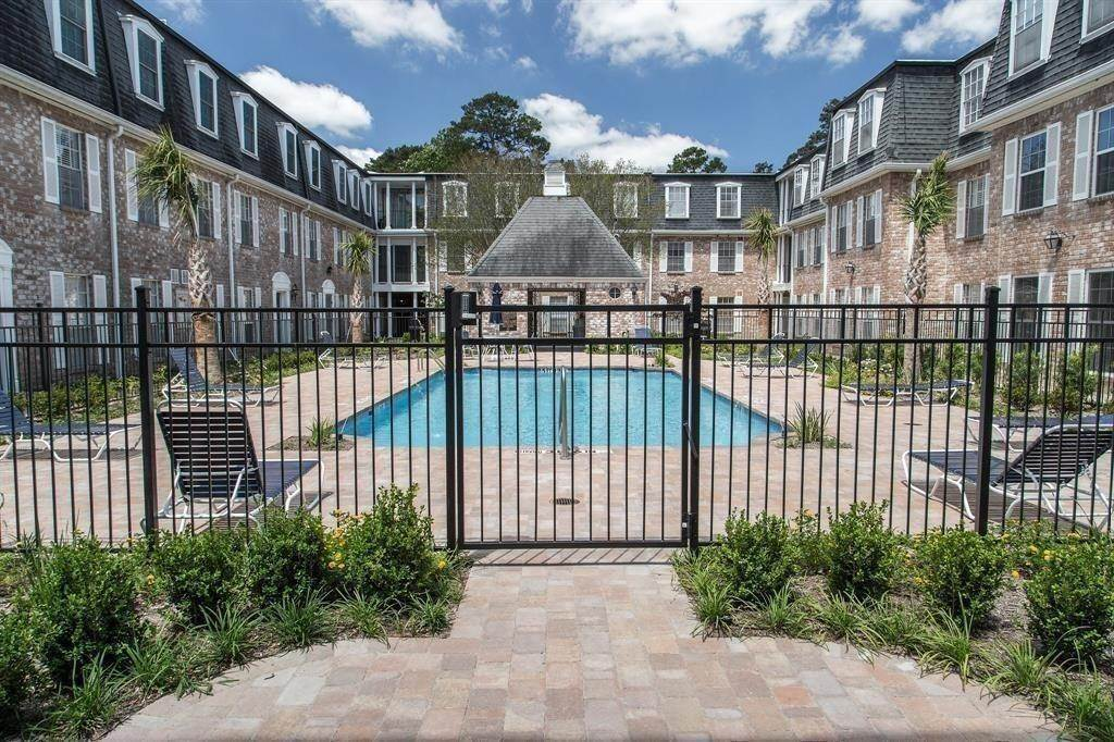 21. High or Mid-Rise Condo for Rent at 355 N Post Oak Lane #743 355 N Post Oak Lane Houston, Texas 77024 United States
