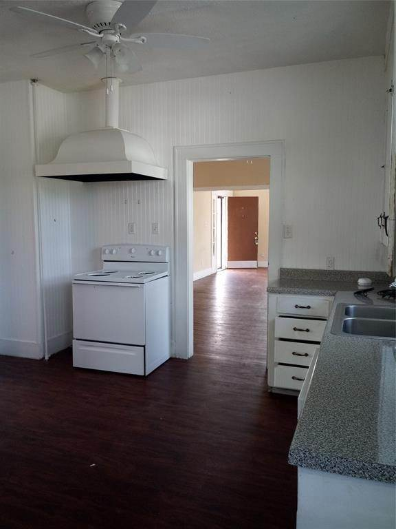 19. Single Family Homes for Rent at 4701 Avenue P #Up 4701 Avenue P Galveston, Texas 77551 United States