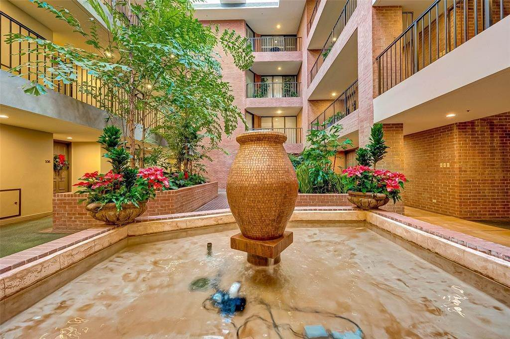 4. High or Mid-Rise Condo for Rent at 9333 Memorial Drive #414 9333 Memorial Drive Houston, Texas 77024 United States