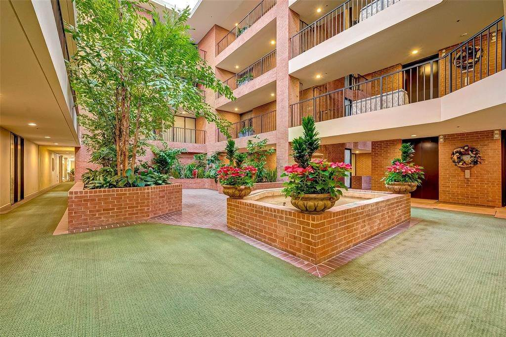 7. High or Mid-Rise Condo for Rent at 9333 Memorial Drive #414 9333 Memorial Drive Houston, Texas 77024 United States