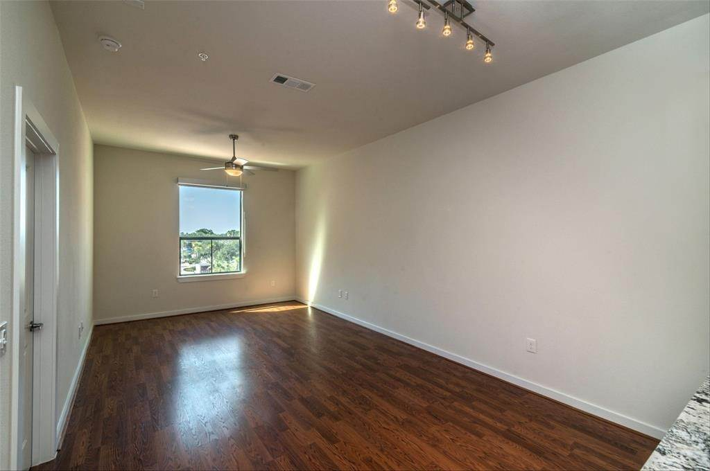 5. High or Mid-Rise Condo for Rent at 1235 E Nasa Parkway #1334 1235 E Nasa Parkway Houston, Texas 77058 United States