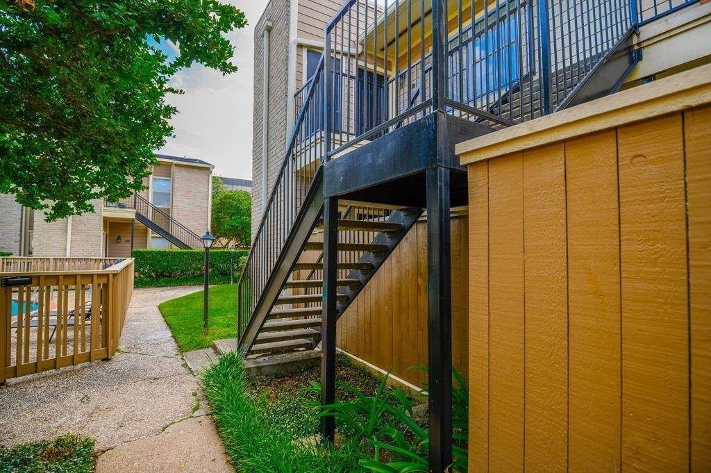 4. Condo / Townhouse for Rent at 706 Bering Drive #106f 706 Bering Drive Houston, Texas 77057 United States