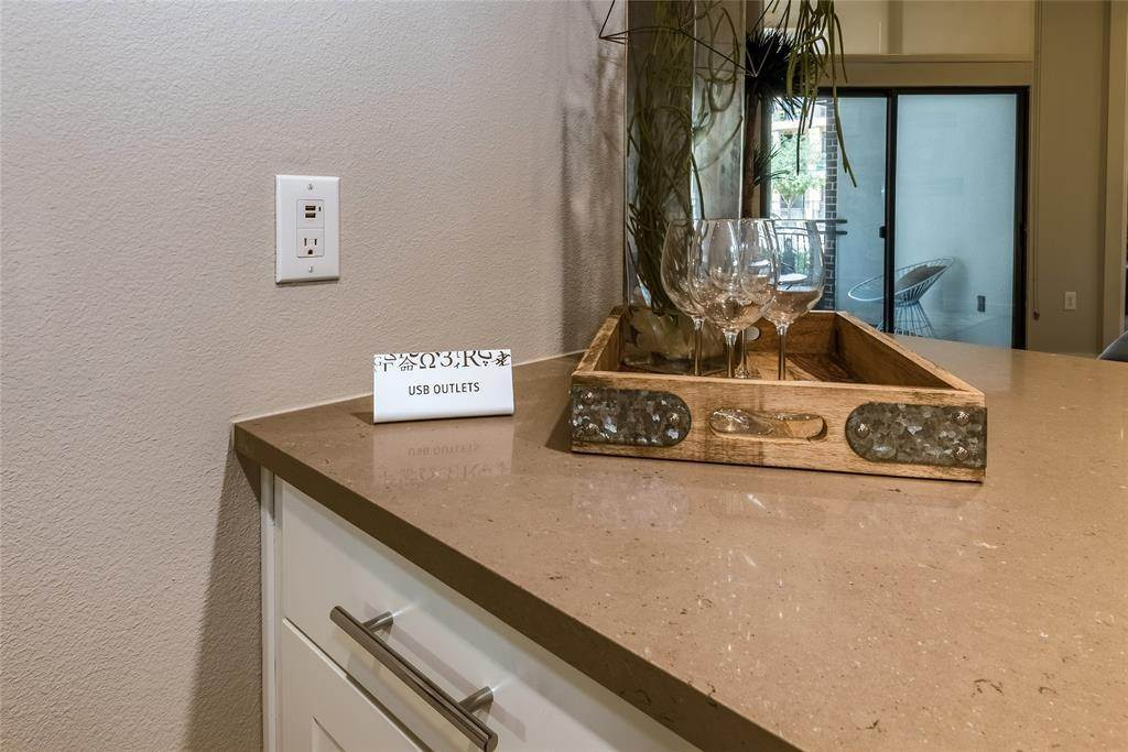 18. High or Mid-Rise Condo for Rent at 919 Gillette Street #1070 919 Gillette Street Houston, Texas 77019 United States