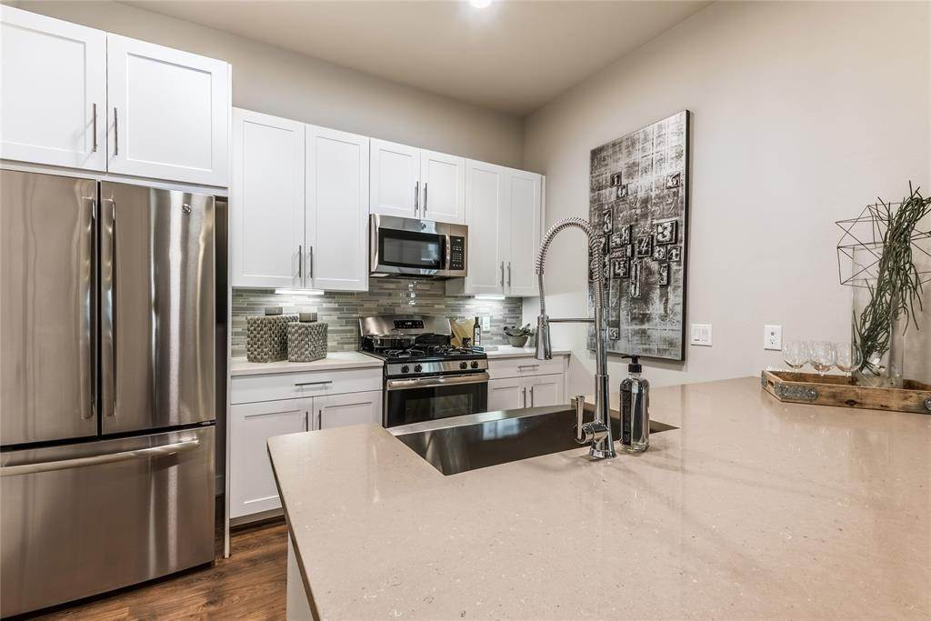 7. High or Mid-Rise Condo for Rent at 919 Gillette Street #1070 919 Gillette Street Houston, Texas 77019 United States