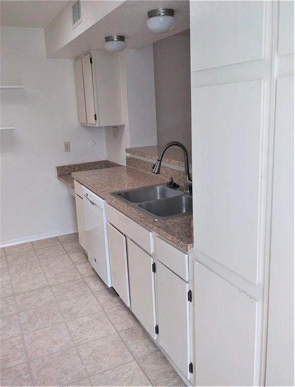 4. Condo / Townhouse for Rent at 9809 Richmond Avenue #B15 9809 Richmond Avenue Houston, Texas 77042 United States