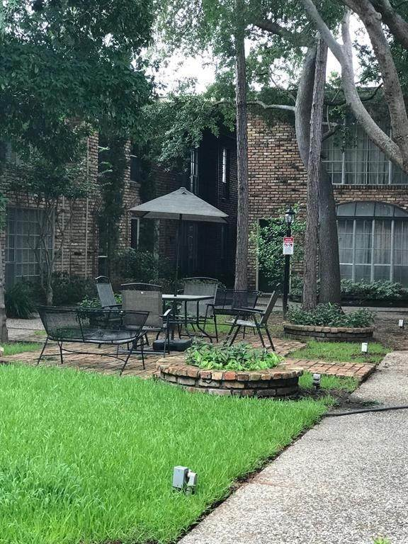 15. Condo / Townhouse for Rent at 2503 Mccue Road #12 2503 Mccue Road Houston, Texas 77056 United States