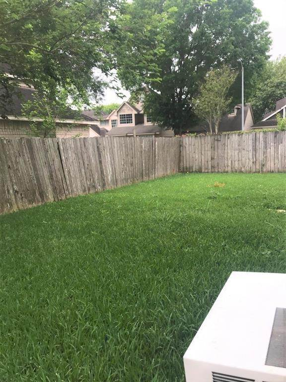 20. Single Family Homes for Rent at 13043 Skymeadow Drive Houston, Texas 77082 United States