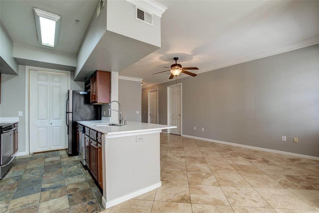 8. High or Mid-Rise Condo for Rent at 7575 Kirby Drive #1101 7575 Kirby Drive Houston, Texas 77030 United States