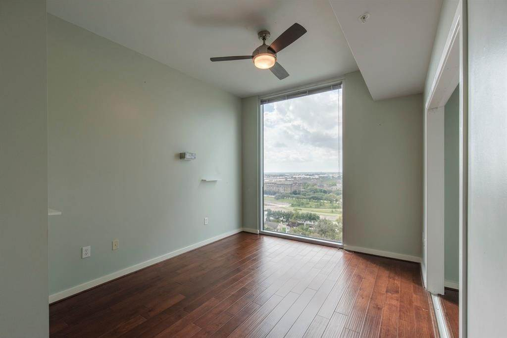 8. High or Mid-Rise Condo for Rent at 5925 Almeda Road #11304 5925 Almeda Road Houston, Texas 77004 United States