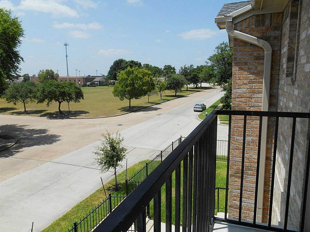 13. Condo / Townhouse for Rent at 10068 Emnora Lane Houston, Texas 77080 United States