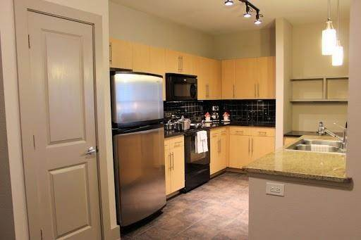 5. High or Mid-Rise Condo for Rent at 3660 Richmond Avenue #369 3660 Richmond Avenue Houston, Texas 77046 United States