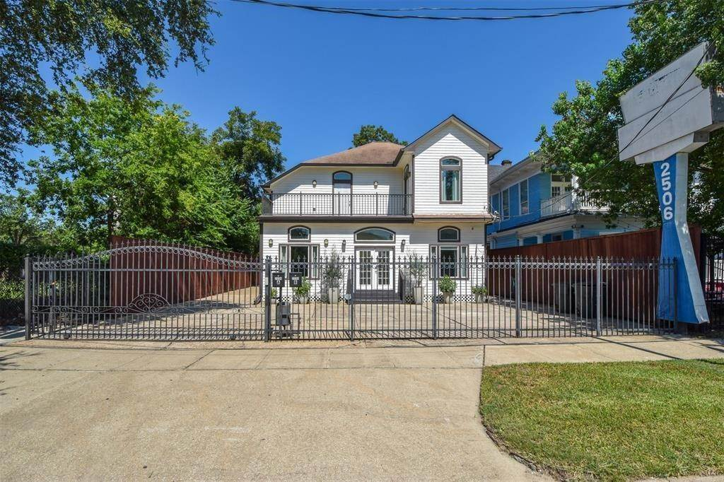 19. Single Family Homes for Rent at 2506 La Branch Street #A 2506 La Branch Street Houston, Texas 77004 United States