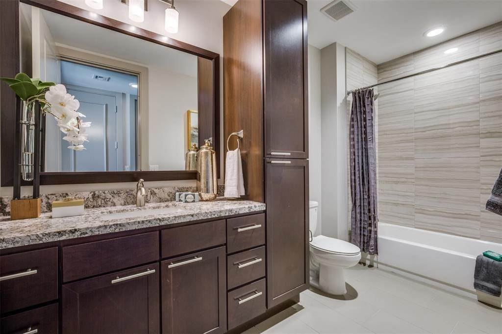 25. High or Mid-Rise Condo for Rent at 9789 N Katy Fwy #1720 9789 N Katy Fwy Houston, Texas 77024 United States