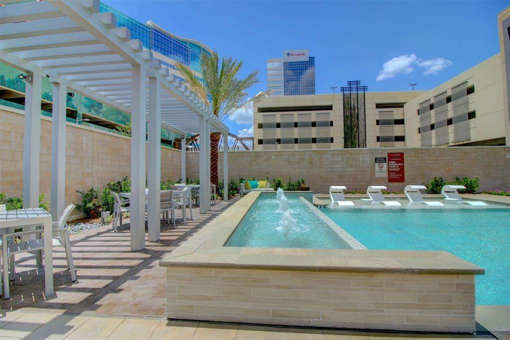 35. High or Mid-Rise Condo for Rent at 9789 N Katy Fwy #1720 9789 N Katy Fwy Houston, Texas 77024 United States