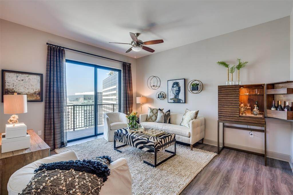 5. High or Mid-Rise Condo for Rent at 9789 N Katy Fwy #1720 9789 N Katy Fwy Houston, Texas 77024 United States