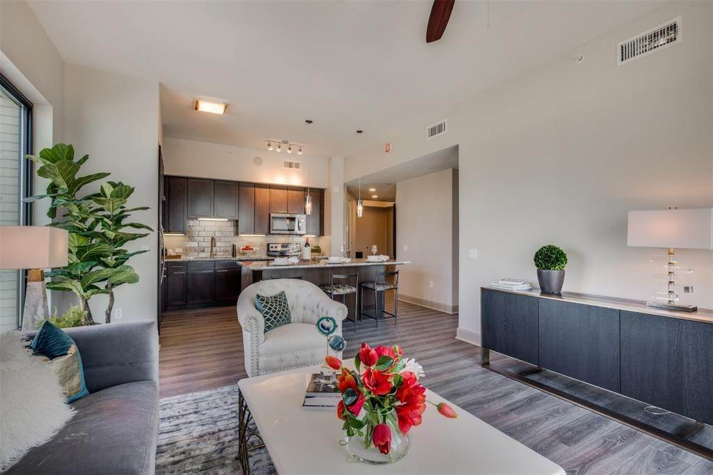 9. High or Mid-Rise Condo for Rent at 9789 N Katy Fwy #1720 9789 N Katy Fwy Houston, Texas 77024 United States