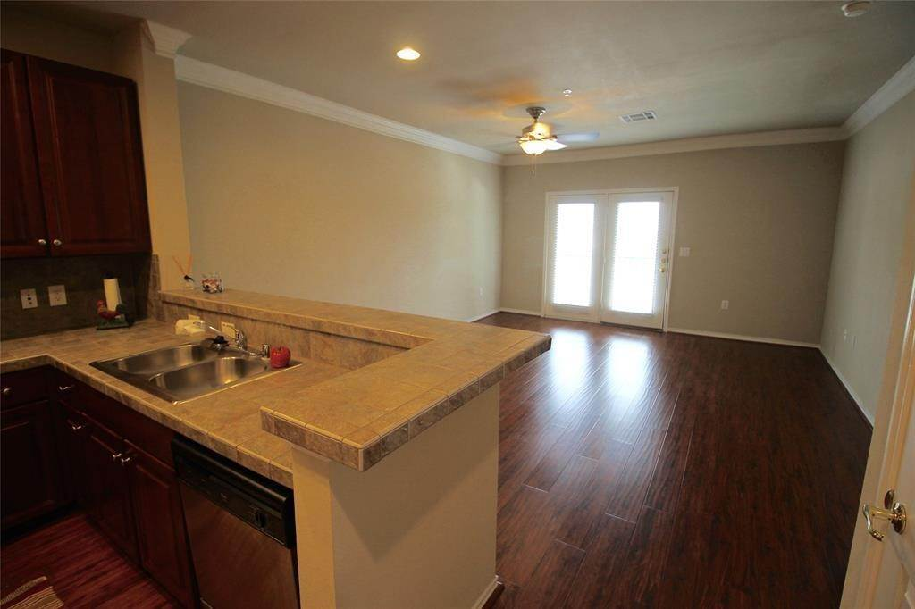 4. High or Mid-Rise Condo for Rent at 2400 Mccue Road #442 2400 Mccue Road Houston, Texas 77056 United States