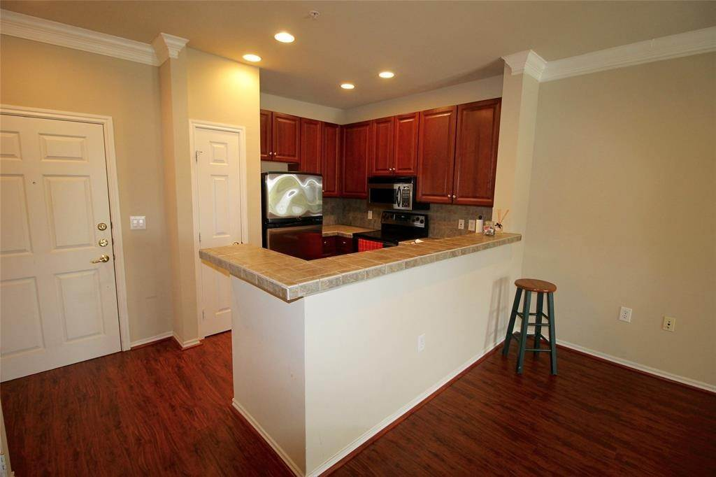 5. High or Mid-Rise Condo for Rent at 2400 Mccue Road #442 2400 Mccue Road Houston, Texas 77056 United States