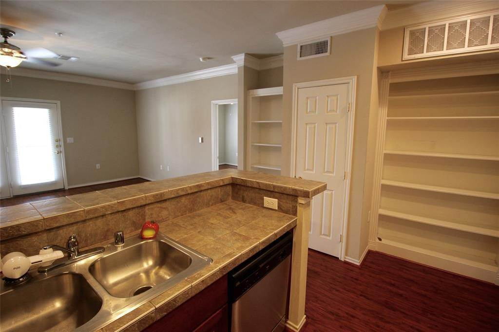 6. High or Mid-Rise Condo for Rent at 2400 Mccue Road #442 2400 Mccue Road Houston, Texas 77056 United States