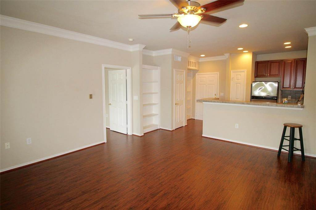 8. High or Mid-Rise Condo for Rent at 2400 Mccue Road #442 2400 Mccue Road Houston, Texas 77056 United States